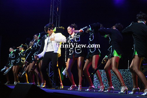 Riteish Deshmukh in a Bollywood-style performance