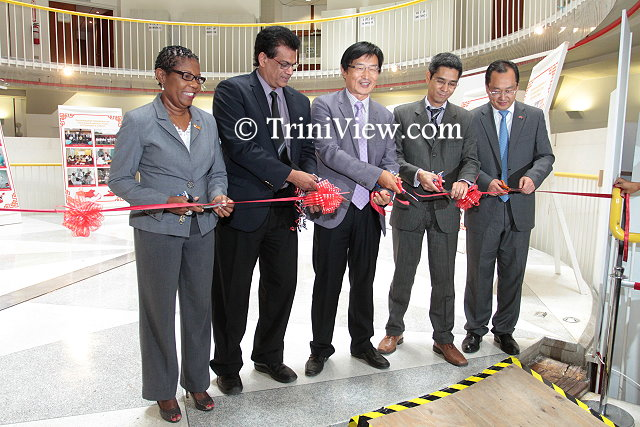 (L) Deputy Executive Director (Ag.), NALIS Diane Simeon, Minister of Health Dr. Fuad Khan, Ambassador of the People's Republic of China Huang Xingyuan, representative of the Ministry of Foreign Affairs Bruce Lai and Chinese medical team leader Dr. Jia Wong