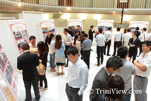 Attendees view the photographic exhibition of the Chinese medical team in Trinidad and Tobago